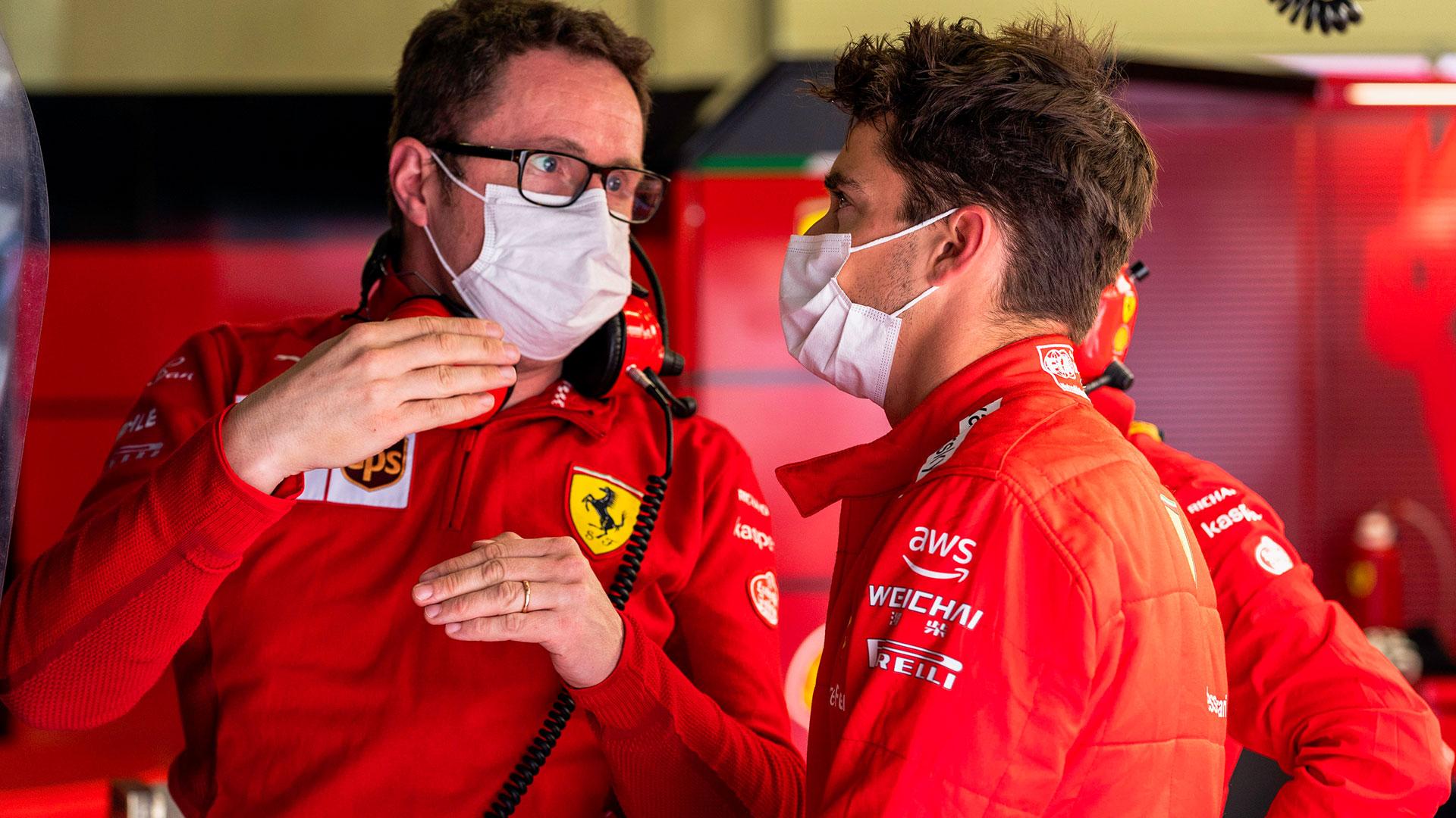Vrachtwagen Ferrari past maar net onder viaduct