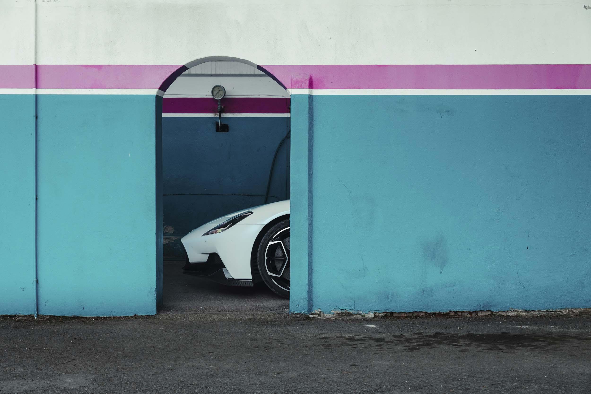 Maserati MC20 achter een muur