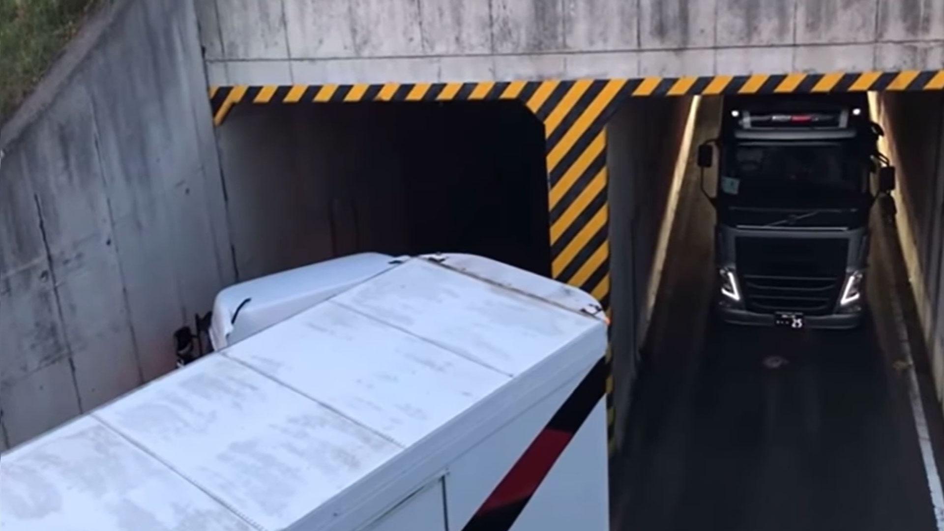 Vrachtwagen past precies door krappe ingang tunnel